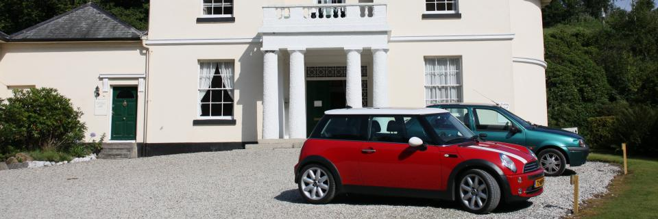 Mini Cooper in front of an English mansion (?)
